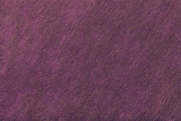 Sfondo viola scuro e marrone di tessuto feltro.