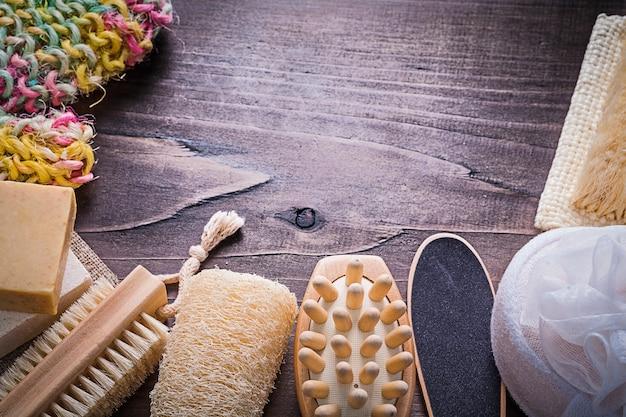 Sfreghi la barra di sapone della luffa del massaggiatore della lavata del corpo della spazzola della sbucciatura sul bordo di legno