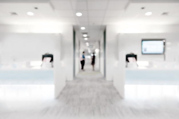 Sfuocatura astratta all'interno della clinica bianca per lo sfondo