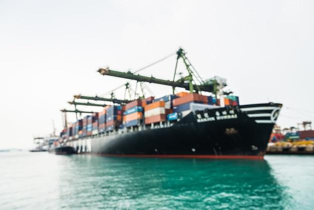 Sfuocatura astratta del carico della barca di trasporto