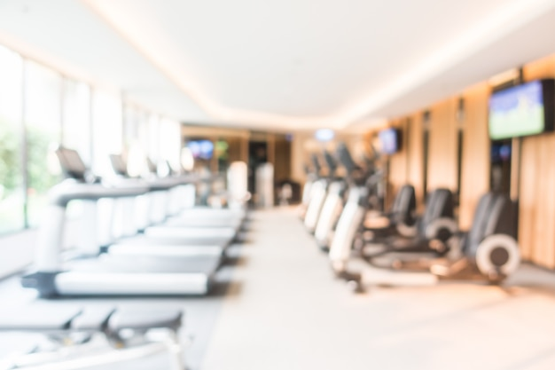 Sfuocatura astratta di fitness e sala interna della palestra