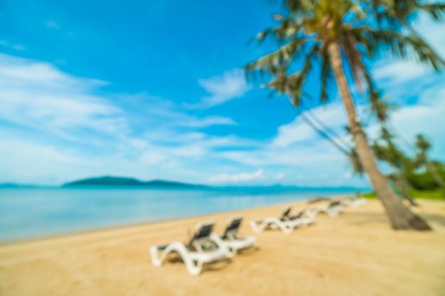 Sfuocatura astratta e spiaggia tropicale defocused