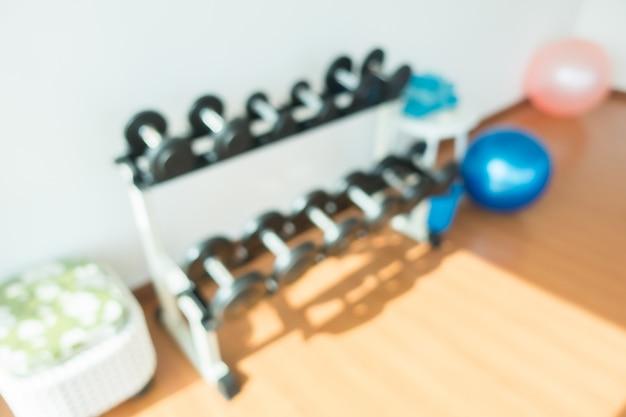 Sfuocatura astratta ed attrezzatura di sport defocused nell'interno della palestra