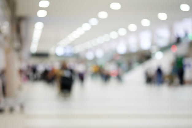 Sfuocatura astratta molti visitatori del terminal dell'aeroporto