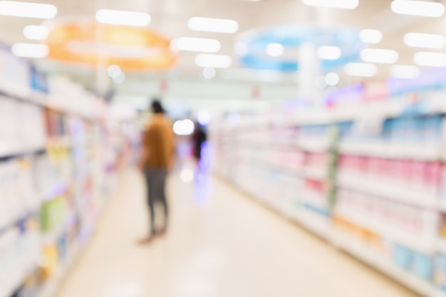 Sfuocatura astratta supermercato discount negozio navata laterale e scaffali del prodotto interni sfondo sfocato