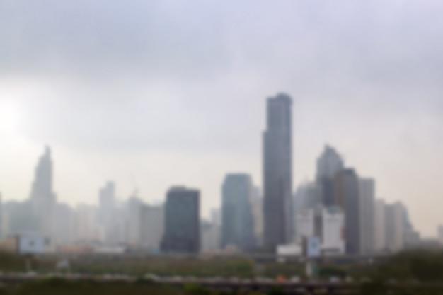 Sfuocatura dell'inquinamento ambientale del paesaggio con alta costruzione nella città immagine del fondo.