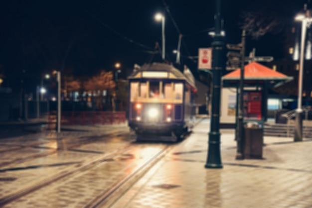 Sfuocatura delle luci della città di notte della via.