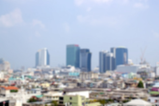 Sfuocatura di paesaggio ambientale con alta costruzione nella città. immagine del fondo.