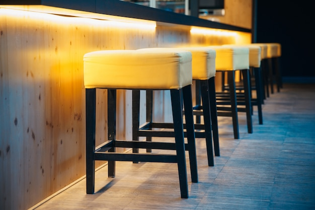 Sgabelli da bar al bancone in un moderno bar per sedersi dei visitatori