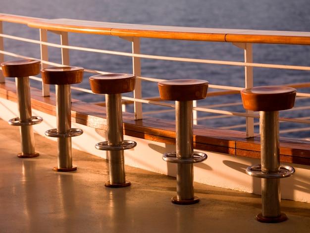 Sgabelli vuoti sulla nave da crociera