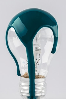 Sgocciolatura verde della vernice sulla lampadina