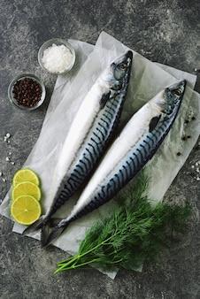 Sgombro crudo fresco e gustoso con aneto, lime, sale marino e pepe nero