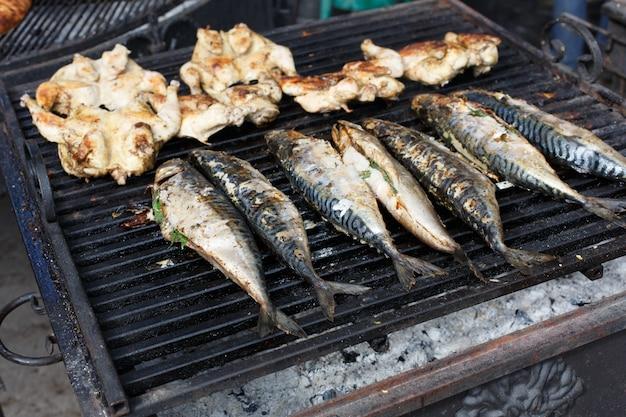 Sgombro e pollo grigliati al barbecue