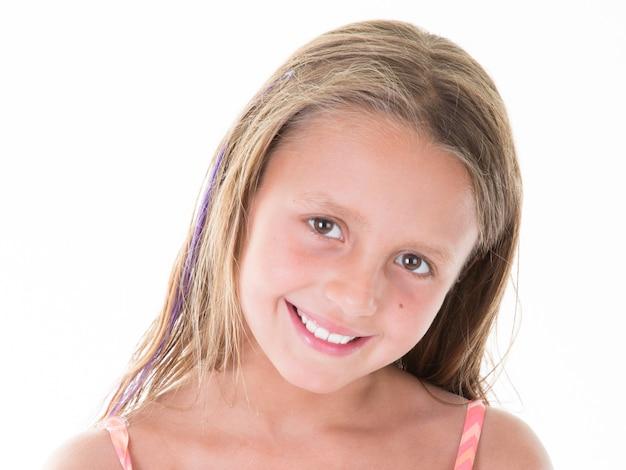 Sguardo sorridente della bambina caucasica del ritratto felice
