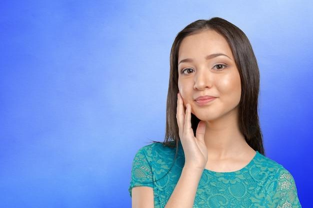 Sguardo sorridente della donna caucasica asiatica casuale della corsa-razza felice