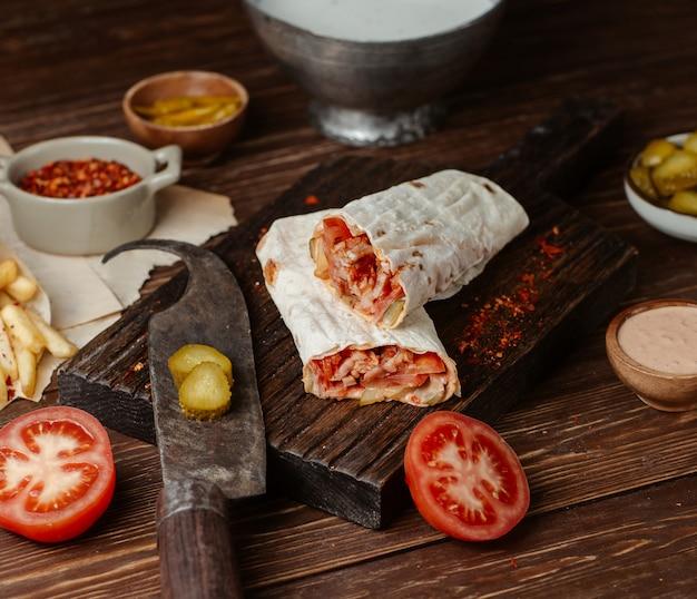 Shaurma lavash ripieno di pollo, turshu e salsa di pomodoro