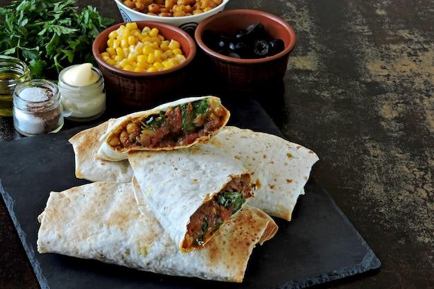 Shawarma fatto in casa con verdure. shawarma vegano. stile mediorientale.