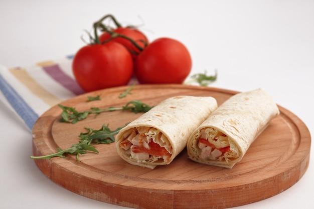 Shawarma in pita e pomodori biologici naturali con verdure