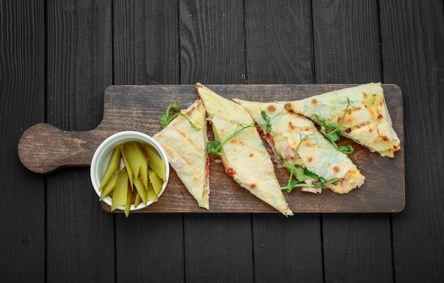 Shawarma tradizionale spuntino mediorientale. su tavola di legno