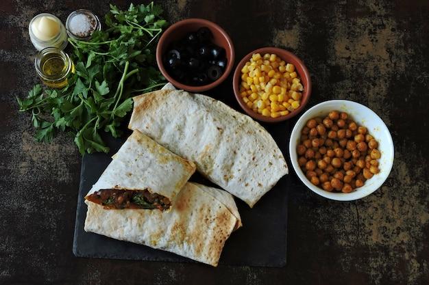 Shawarma vegano fresco fatto in casa. cucina mediorientale.