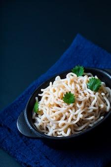 Shirataki konjac organico di spaghetti o di concetto sano dell'alimento in tazza ceramica nera