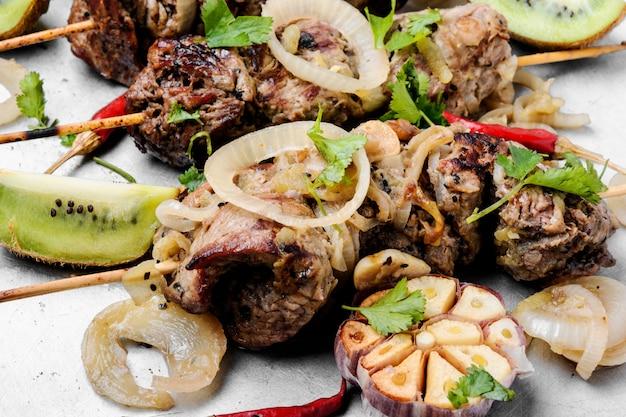 Shish kebab su un bastone