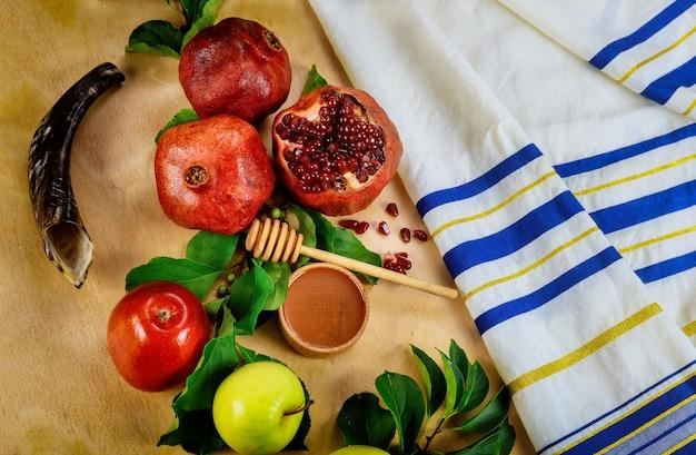 Shofar e cibo con talit per la festa ebraica rosh hashanah. vista dall'alto.