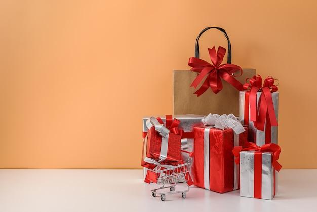 Shopper in carta e carrello o carrello, molti confezione regalo