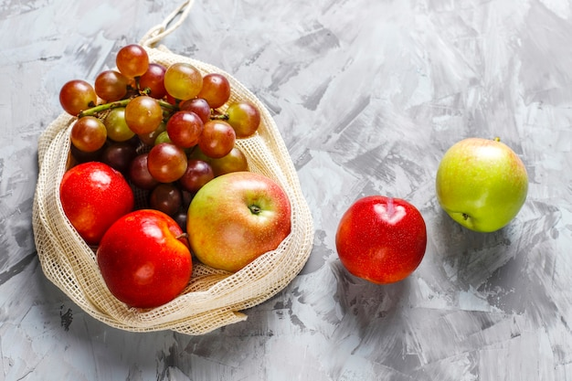 Shopper in cotone beige semplice ecologico per l'acquisto di frutta e verdura con frutta estiva.