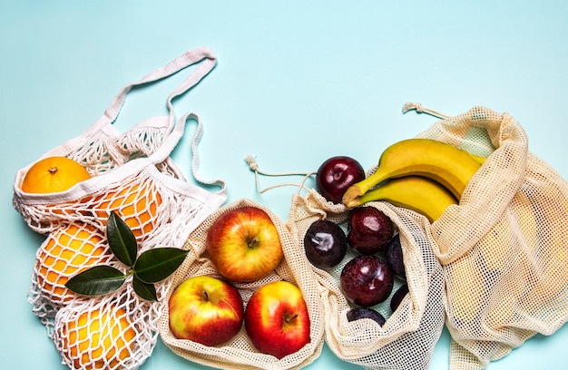 Shopper in rete con frutta