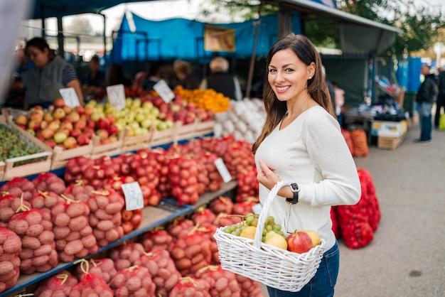 Shopping al mercato degli agricoltori.