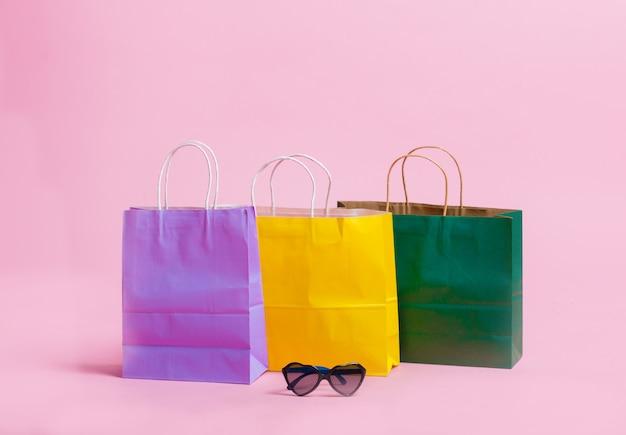Shopping bag di carta e occhiali da sole