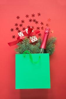 Shopping bag di natale con e confezione regalo e champagne