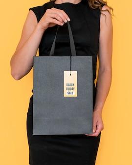 Shopping bag vista frontale con etichetta black friday