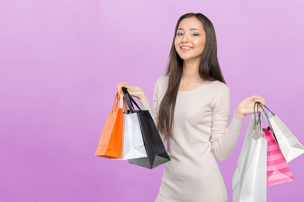 Shopping donna con borse della spesa
