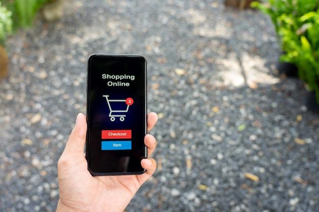 Shopping online con servizio di consegna di smartphone e shopping bags