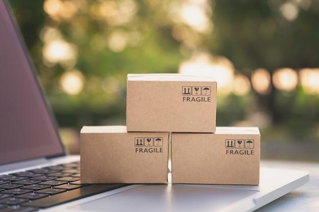 Shopping online o concetto di servizio di consegna ecommmerce