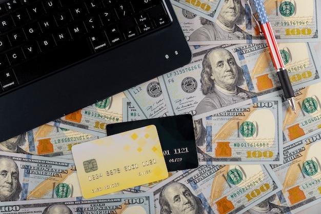Shopping online, pagamento presso la carta di credito del negozio, con tastiera notebook nelle banconote da un dollaro usa