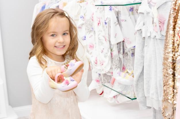 Shopping. una ragazza sceglie le scarpe per il suo vestito.