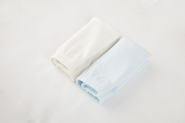 Shorts blu della neonata di modo isolati su fondo bianco per il guardaroba di estate e della primavera