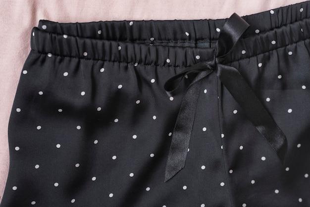 Shorts in raso nero. concetto di moda. dettagli, da vicino