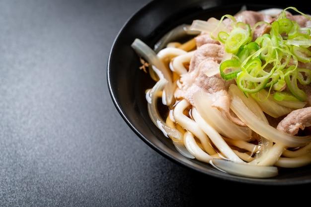 Shoyu udon ramen noodle con carne di maiale (shoyu ramen)