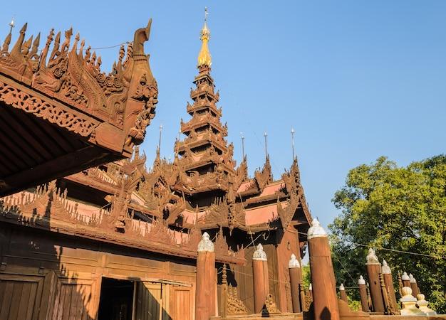 Shwe in bin kyaung è un monastero in legno di teak a mandalay, myanmar