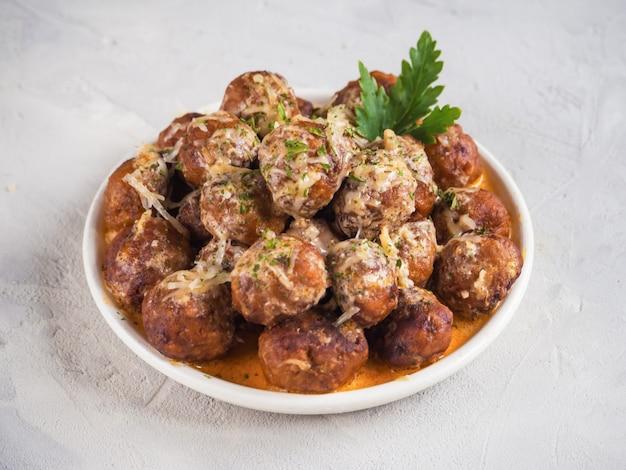 Кibbeh bil sanieh, polpette arabe. polpette di carne succose con spezie. vista dall'alto.