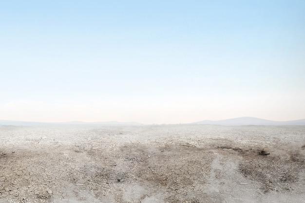 Siccità del terreno sul campo con fumo