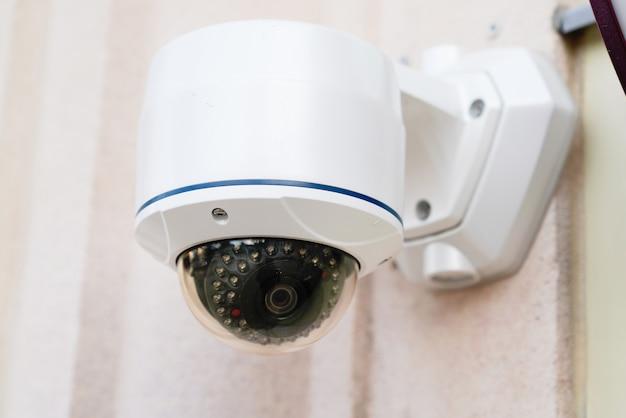 Sicurezza cctv per telecamera tonda a casa sul muro