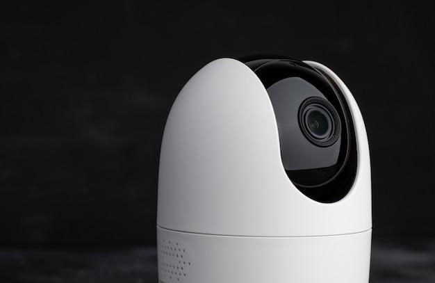 Sicurezza fotocamera portatile su sfondo scuro, copia spazio