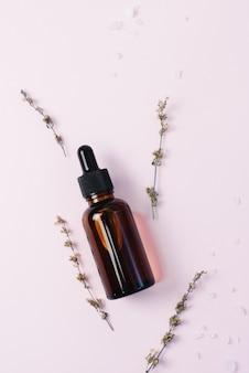 Siero viso idratante in vetro marrone scuro. il concetto di creare cosmetici ed essenze naturali a partire da ingredienti naturali