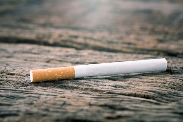 Sigaretta su un tavolo in legno. effetto luce e colore.