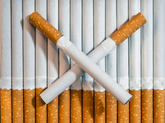 Sigaretta vicino isolato su sfondo bianco. tossicodipendenza. il fumo del tabacco. cancro. nicotina. cattiva abitudine. portacenere. smettere di fumare